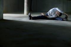 Uomo di Streching sul parcheggio Fotografie Stock Libere da Diritti