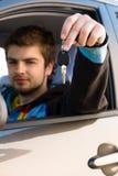 uomo di tasti della holding dell'automobile fuori Fotografia Stock Libera da Diritti