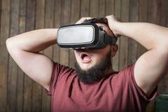 Uomo di timore con vr Vetri di realtà virtuale immagine stock