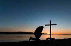 Uomo di tramonto del Prayerfulness Immagine Stock Libera da Diritti