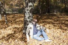 Uomo di un'età matura in un parco di autunno Immagini Stock Libere da Diritti