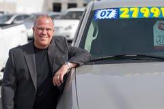 Uomo di vendite dell'automobile Immagini Stock