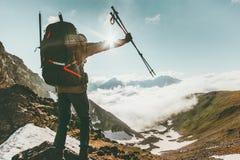Uomo di viaggiatore con zaino e sacco a pelo su successo di viaggio della sommità della montagna fotografia stock