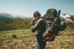 Uomo di viaggio con grande alpinismo dello zaino Fotografia Stock
