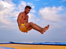Uomo di volo sopra il bello cielo Fotografia Stock
