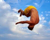 Uomo di volo sopra il bello cielo Immagine Stock