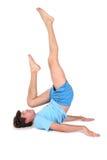 Uomo di yoga sulle bugie del pavimento Fotografie Stock