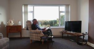 Uomo diabetico senior che si rilassa a casa video d archivio