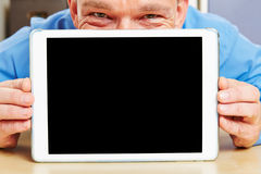 Uomo dietro il computer della compressa in ufficio Fotografie Stock