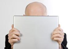 Uomo dietro il computer portatile Fotografia Stock Libera da Diritti