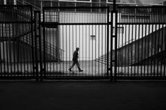 Uomo dietro la rete fissa Fotografia Stock