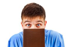 Uomo dietro un libro fotografie stock