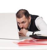 Uomo dietro una scrivania Fotografia Stock
