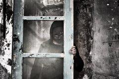 Uomo dietro vetro sporco fotografie stock