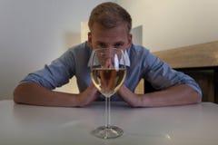 Uomo dipendente con bicchiere di vino Fotografia Stock Libera da Diritti