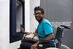 Uomo disabile al bancomat fotografia stock