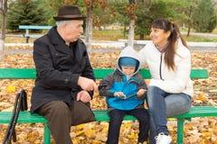 Uomo disabile con il suoi derivato e nipote Fotografie Stock Libere da Diritti