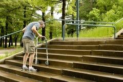 Uomo disabile con un camminatore fotografia stock libera da diritti