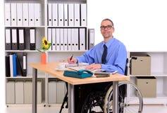 Uomo Disabile In Sedia A Rotelle Sul Lavoro Immagine Stock
