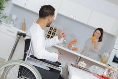 Uomo disabile felice con la moglie a casa immagine stock libera da diritti