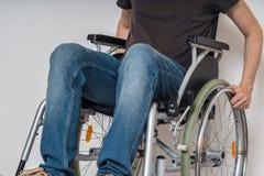 Uomo disabile handicappato che si siede sulla sedia a rotelle fotografie stock libere da diritti
