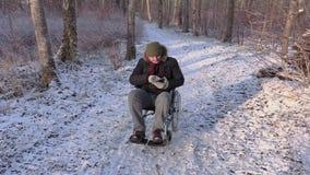 Uomo disabile sulla sedia a rotelle in parco archivi video