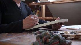 Uomo, disegnante uno schizzo nel suo studio stock footage