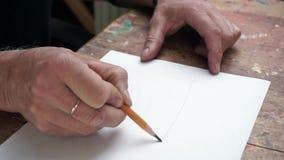 Uomo, disegnante uno schizzo in uno studio archivi video