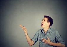 Uomo disperato che grida per il perdono di aiuto immagini stock