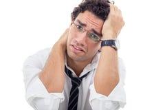 Uomo disperato con i vetri in camicia bianca che si siede con il libro Fotografia Stock