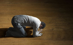 Uomo disperato da solo sul pavimento Fotografia Stock Libera da Diritti