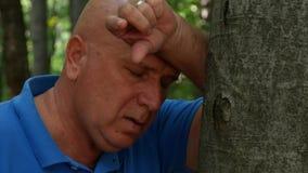 Uomo disperato funzionato spaventato in una foresta della montagna stock footage