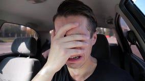 Uomo disperato triste che grida nell'automobile stock footage