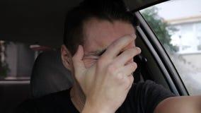 Uomo disperato triste che grida nell'automobile archivi video