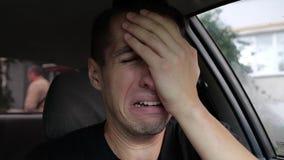 Uomo disperato triste che grida nell'automobile video d archivio