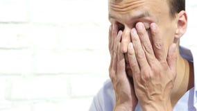 Uomo disperato triste di affari che grida per la crisi finanziaria video d archivio