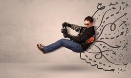 Uomo divertente che conduce una macchina volante con le linee disegnate a mano dopo la h Immagine Stock