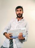 Uomo divertente che gioca tastiera Fotografie Stock Libere da Diritti
