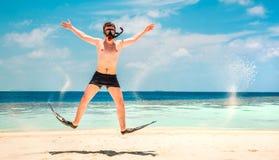 Uomo divertente che salta nelle alette e nella maschera. Fotografia Stock Libera da Diritti