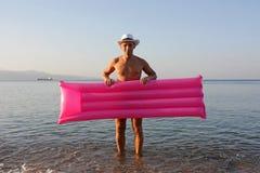 Uomo divertente con il materasso gonfiabile Fotografia Stock Libera da Diritti