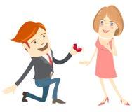 Uomo divertente dei pantaloni a vita bassa che si inginocchia dando l'anello alla donna sorridente Fotografia Stock Libera da Diritti