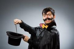 Uomo divertente del mago con la bacchetta Immagine Stock