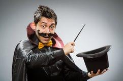 Uomo divertente del mago con la bacchetta Immagini Stock