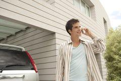 Uomo domestico di tecnologia con la cella e l'automobile Fotografie Stock
