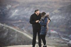 Uomo, donna e anello di fidanzamento Immagine Stock