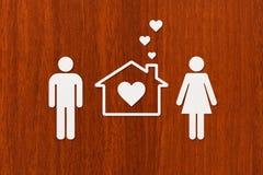 Uomo, donna e casa di carta Alloggio, concetto 'nucleo familiare' Concettuale astratto Immagine Stock