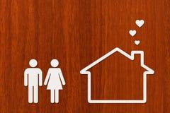Uomo, donna e casa di carta Alloggio, concetto 'nucleo familiare' Concettuale astratto Immagini Stock Libere da Diritti