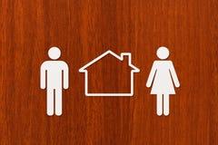 Uomo, donna e casa di carta Alloggio, concetto 'nucleo familiare' Concettuale astratto Fotografie Stock