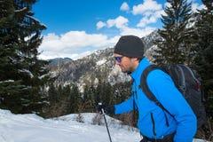 Uomo durante il viaggio nelle montagne nell'inverno Fotografia Stock