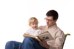 Uomo e bambino con il libro Immagini Stock Libere da Diritti